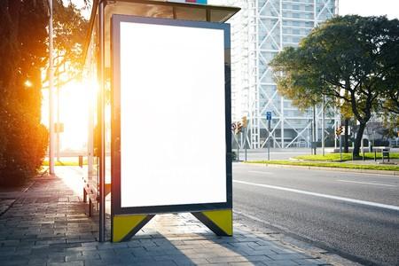 50793417 caja de luz vacia en la calle de la ciudad horizontal